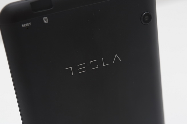tesla_tablet_l708_1.jpg